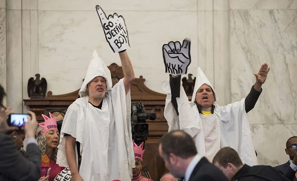 Ku Klux Klanin asuun pukeutuneet mielenosoittajat johdettiin pian pois senaatin kuulemistilaisuudesta.