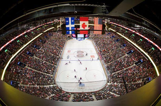Tältä näyttää kapea NHL-kaukalo maailman suurimmassa jäähallissa, yli 21 000 katsojaa vetävässä Montrealin Bell Centressä.