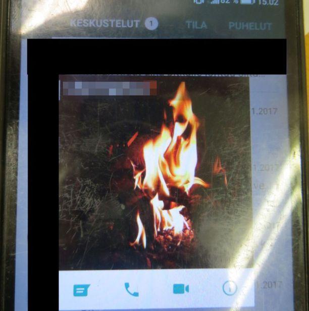 Syytetyn Whatsapp-kuvassa oli tulta.