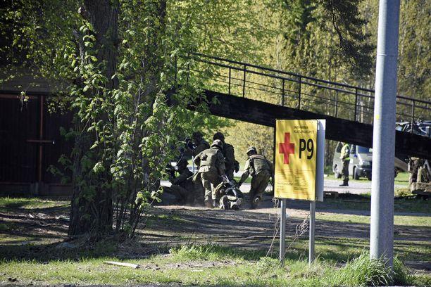 Puolustusministeri Jussi Niinistön mukaan MPK tekee tärkeää työtä vapaaehtoisen maanpuolustuksen hyväksi. Kuva MPK:n harjoituksesta, jossa reserviläiset harjoittelevat taistelua rakennetulla alueella Santahaminassa.