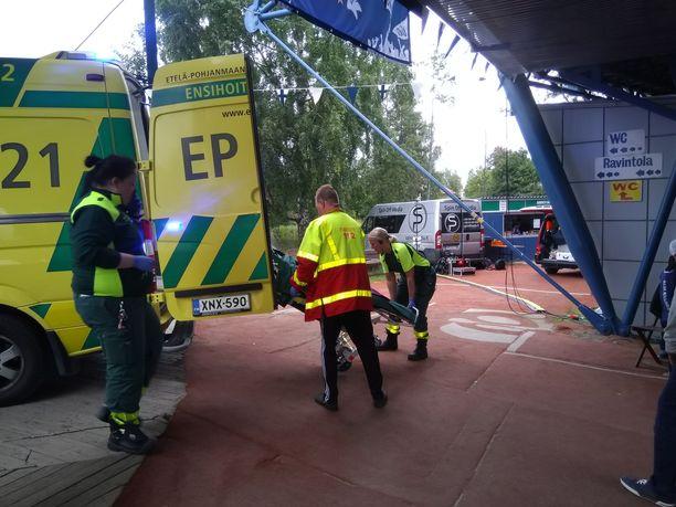 Ambulanssi saapui Saarikentälle.