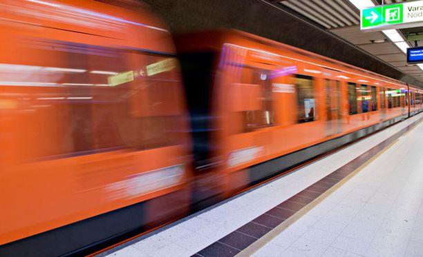 Pian metro pysähtyy Kaisaniemen sijasta Helsingin Yliopiston asemalla.