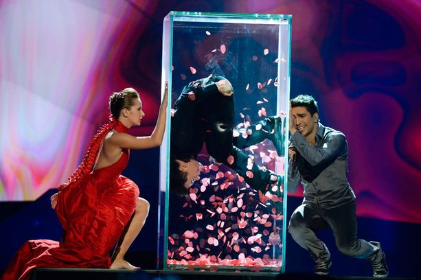 Azerbaidzhanin esitykseen kuului tanssija lasilaatikossa.