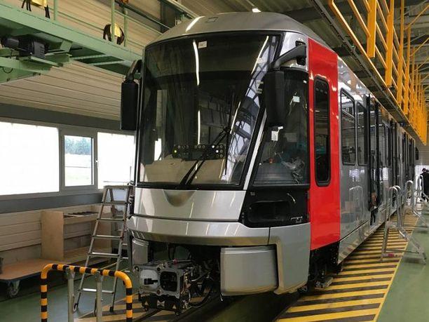 Uusia ylileveitä junia rakennetaan Bombardierin tehtaalla.