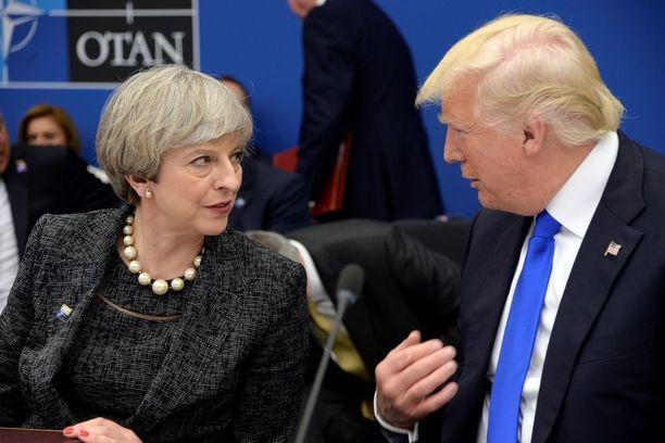Theresa May ja Donald Trump keskustelivat Naton huippukokouksessa Brysselissä.