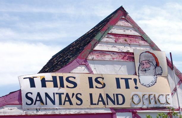 Vielä vuonna 2008 pukki vinkkasi silmää konttorinsa seinällä. Nykyään joulupukin kuva on kadonnut.