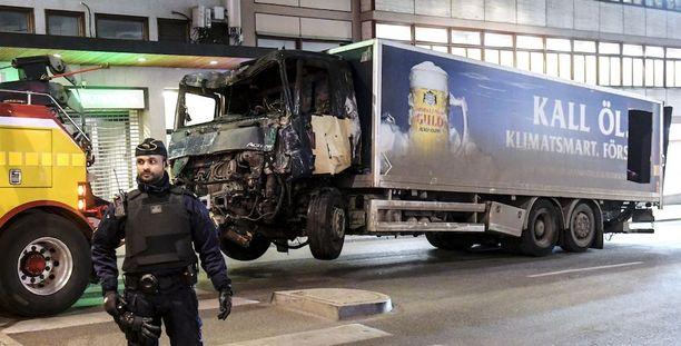 Panimoyhtiön kuorma-autoa kuljettaneen miehen epäillään ajaneen ihmisten päälle Åhlensin tavaratalon edustalla perjantai-iltapäivällä. Kuvassa näkyvä auto oli anastettu puolen kilometrin päästä Adolf Fredriks kyrkogatalta.