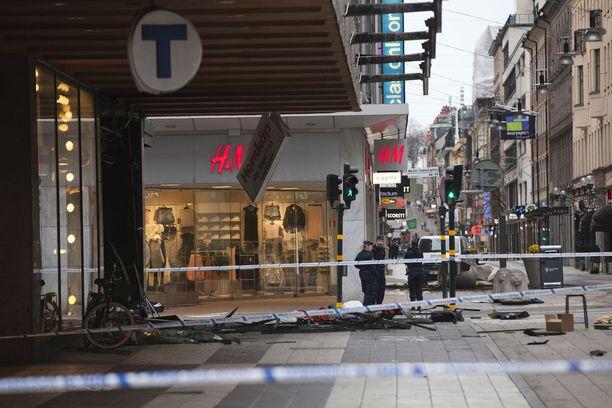 Päivä terrori-iskun jälkeen Drottninggatanin kulmassa.