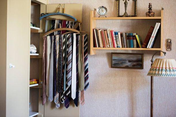 Tässä asunnossa on jäljellä alkuperäinen sisustus: 80-luvulla kuolleella eläkeläismiehellä oli mittava kokoelma kravatteja.