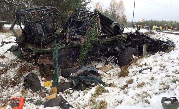 Maastokuorma-auto tuhoutui onnettomuudessa täysin.