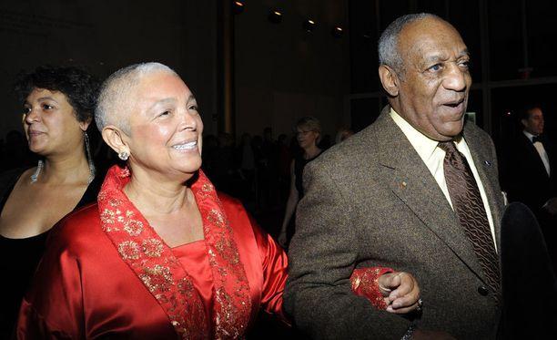 Bill Cosbyn vaimo Camille pysyy miehensä rinnalla seksiskandaalista huolimatta.