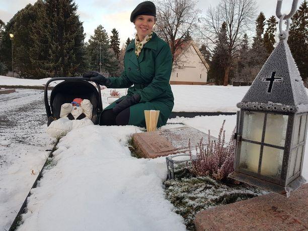Iina Tuomela asettuu kunniavartioon Aino Keräsen haudalle. Tulossa on harras ja liikuttava hetki.