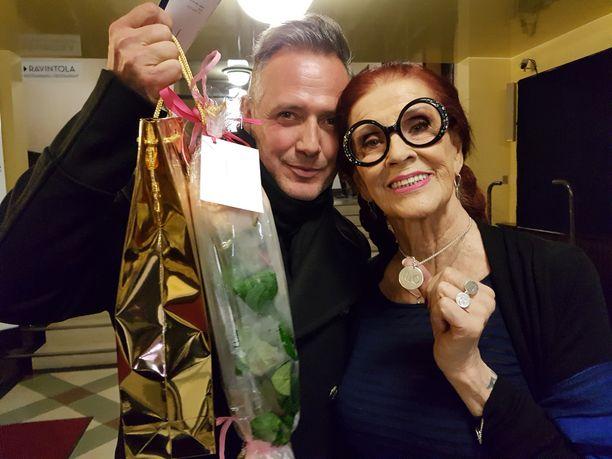 Marco Björs ja Aira Samulin toivat ruusut Einille. - Baccara oli aikansa ilmiö, tanssin sen tahdissa ja se soi näytöksissäni, Aira kertoi. Marco oli iloinen, että hänen korunsa ovat edustettuina Linnassa 6.12.