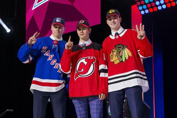 Kaapo Kakko (vas,), Jack Hughes ja Kirby Dach varattiin NHL:n varaustilaisuuden kolmena ensimmäisenä pelaajana.