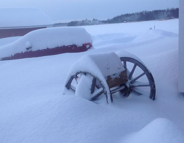 Einari Anttilan auto on tukevasti lumen peitossa.