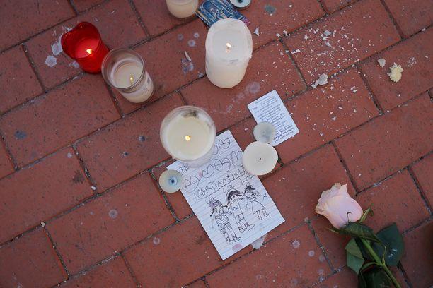 Julenin perheen talon eteen tuotiin kynttilöitä ja piirroksia.