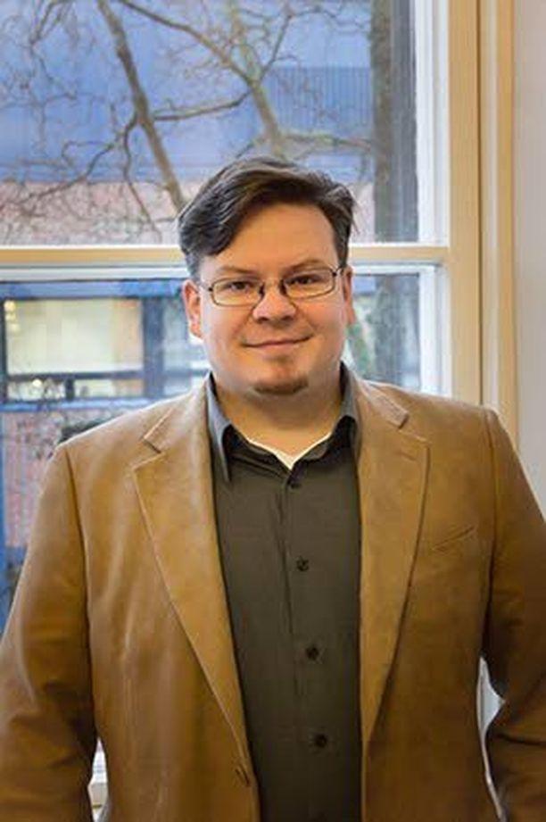 Matti Roitto toimii projektitutkijana Jyväskylän yliopiston historian ja etnologian laitoksella tutkimusryhmässä, joka on osa professori Henrik Meinanderin johtamaa Demokratian voimavirrat -tutkimushanketta.