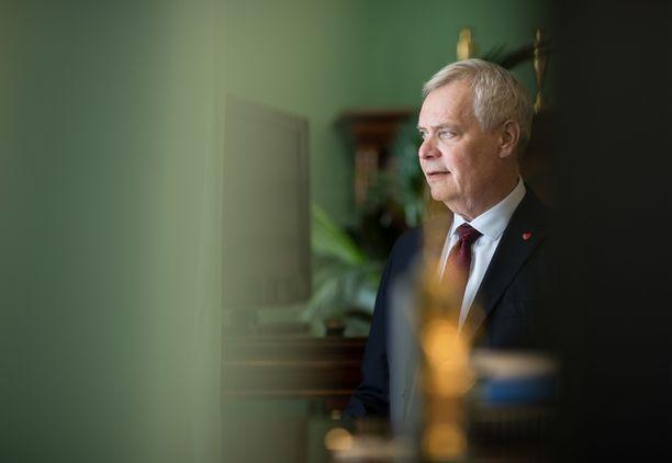 """""""Tähän työhön ja asemaan liittyy paljon edustamista, mikä on välttämätöntä ja hyödyllistä, mutta se on sitä osaa työstä, mistä en ehdottomasti hirveästi nauti"""", pääministeri Antti Rinne sanoo."""