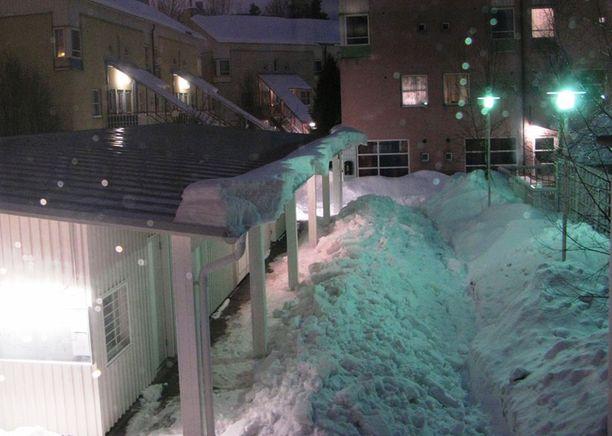 Varokaa katolta putoavia lumimassoja, muistuttaa Helsingin Kumpulassa asuva lukija.