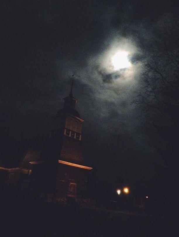 Kuun valaisema kirkko on tunnettu korkeasta aumakatostaan. Petäjäveden verkkosivuilla mainitaan, että katon jyrkkyydessä on viitteitä gotiikan traditiosta.