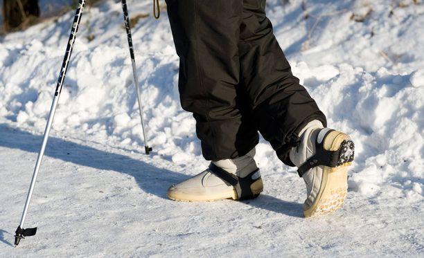 Joka toinen yli 80-vuotias suomalainen kaatuu kerran vuodessa ja syynä on usein liukastuminen. Kuvituskuva.