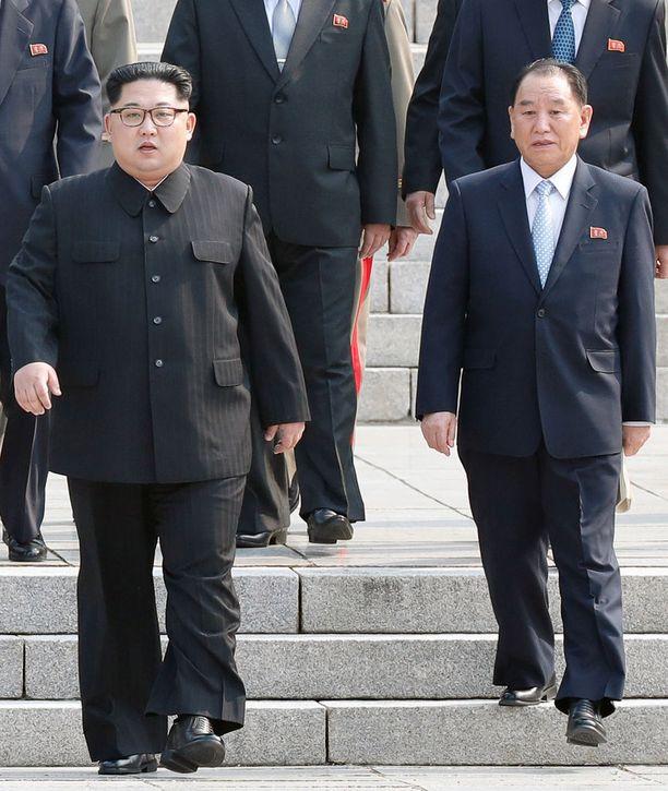 Kim Jong-un (vas.) marssi Kim Yong-chol vierellään tapaamaan Etelä-Korean presidenttiä viime sunnuntaina.