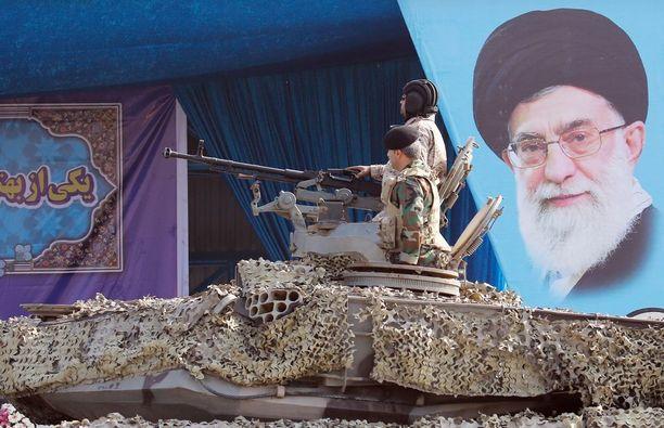 Sotilaat ohittivat Iranin ylimmän johtaja ajatollah Ali Khamenein kuvan viime viikolla pidetyssä sotilasparaatissa Teheranissa.