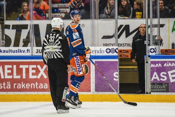 Tapparan Niko Mikkola joutui Lukko-ottelun avauserässä estämisestä jäähyboksiin.