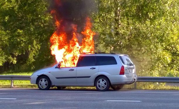 Auto roihusi avoliekeillä aamulla Turengissa.