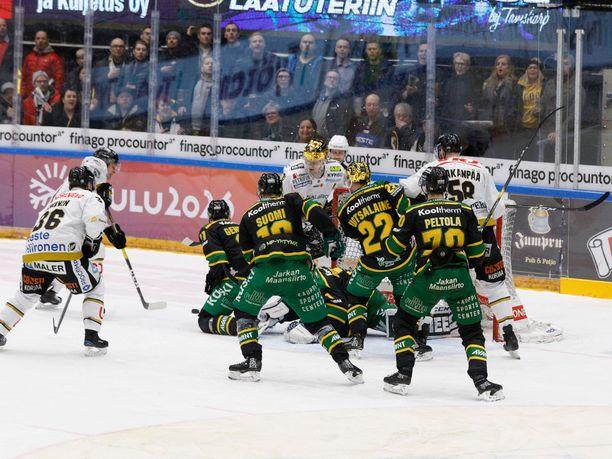 Tämän hässäkän päätteeksi Kärpät tasoitti pelin 3-3:een.