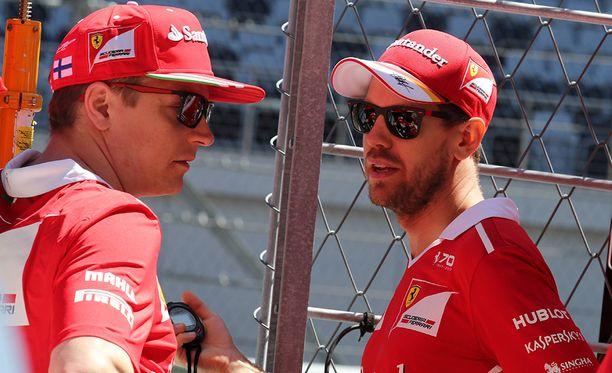 Kimi Räikkönen ja Sebastian Vettel juttelivat Sotshin ratavarikolla.