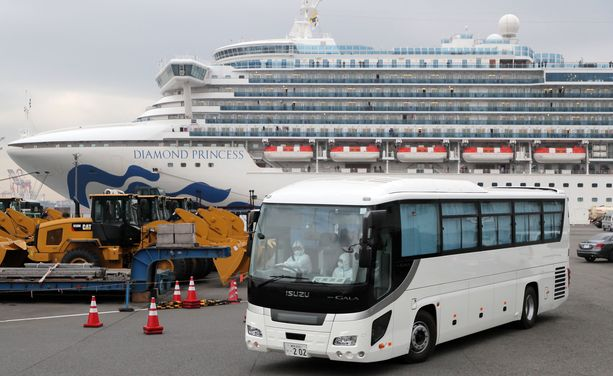 Yhdysvaltain kansalaiset kuljetetaan alukselta lentokentälle busseilla.