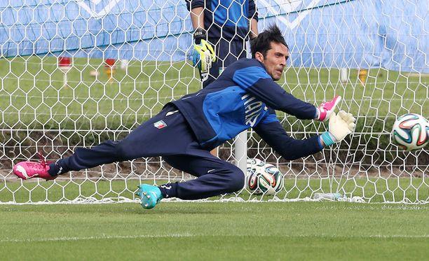 Italian tähtivahti Gianluigi Buffon on sivussa Englanti-ottelusta.