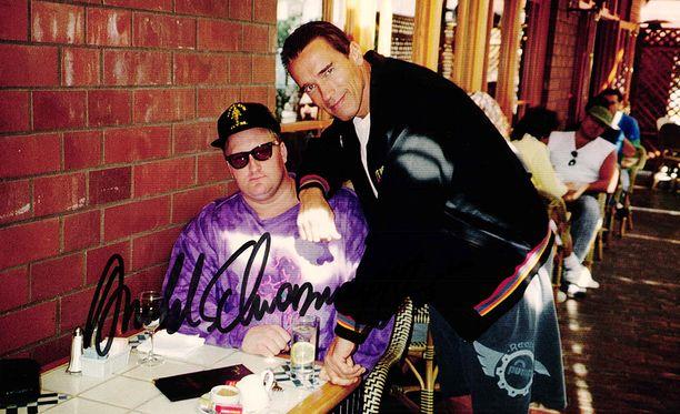 KP Ourama ja Arnold Schwarzenegger Venicessä vuonna 1993.