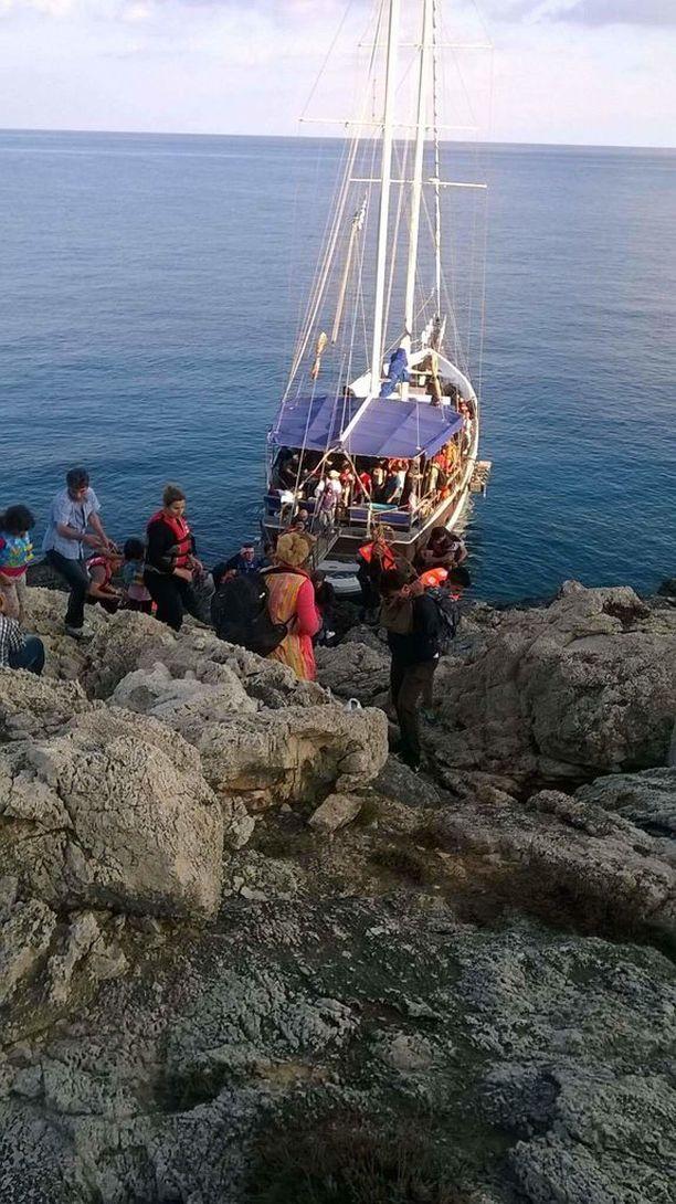 Salakuljettajien veneet olivat 17-20 metriä pitkiä turistiveneitä. Niihin lastattiin 150 ihmistä.