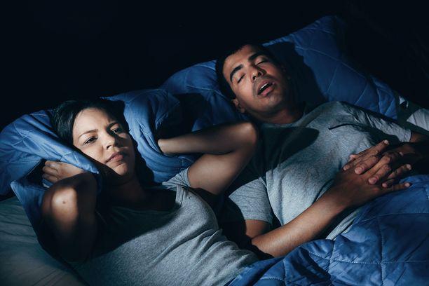 Kumppanin kuorsaamisesta kannattaa keskustella. Kuorsaaja itse ei aina tiedä kuorsaamisestaan, joka voi kuitenkin olla oire vaarallisesta, mutta hoidettavissa olevasta uniapneasta.