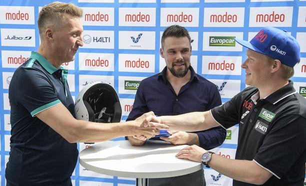 Modeon Kimmo Kaarlejärvi (vas.) ja Tuukka Mustonen sopivat torstaina yhteistyöstä Lauri Hakolan vetämän mäkimaajoukkueen kanssa.