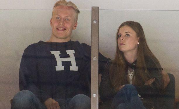 Ennen lomamatkaansa Patrik Laine seurasi Hakametsässä Tapparan ja HIFK:n välieräottelua tyttöystävänsä Sanna-Mari Kiukaksen kanssa.