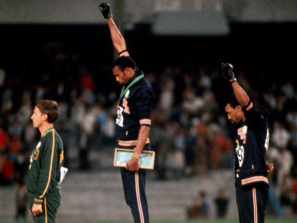 Peter Norman (vas.), Tommie Smith ja John Carlos palkittiin 200 metrin mitalisteina Méxicossa. Palkintoseremoniasta tuli yksi urheiluhistoria unohtumattomimmista.
