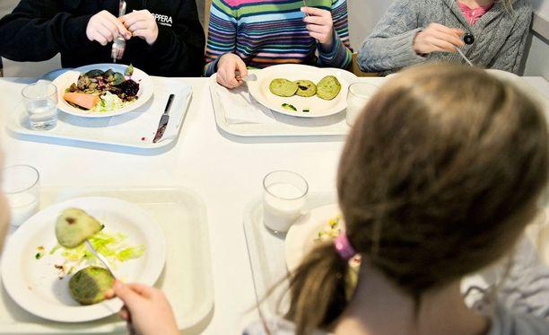 Pitkät jonot voivat viedä ison osan koululaisten lounasajasta.