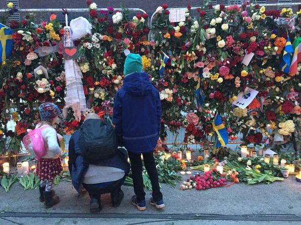 Monet vanhemmat kävivät tuomassa paikalle kukkia ja piirustuksia yhdessä lastensa kanssa.