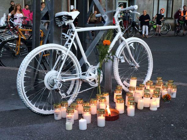 Helsingissä muistettiin elokuussa 2015 pyöräilijää, joka kuoli lähellä Tullinpuomia.