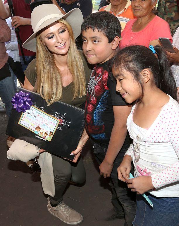 Paris Hilton lahjoitti lapsille leluja.