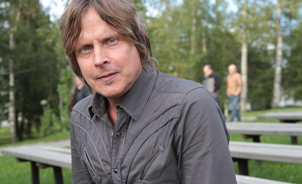Kim Lönnholm kaipaa nyt 55-vuotiaana takaisin esiintymislavoille.