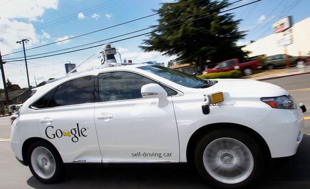 Googlen itseohjautuva Lexus-auto esittelyssä yhtiön pääkonttorin alueella Kaliforniassa kesällä 2015.