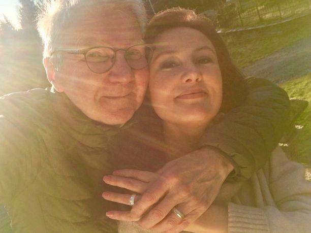 Pirkka-Pekka Petelius ja Erika Skön ovat menneet kihloihin.