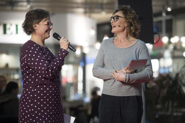 Tilaisuuden juonsivat ruokatoimittaja Eeva Paljakka sekä keittokirjailija Hanna Sumari.