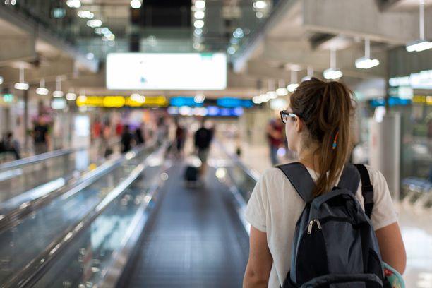 Moni tekee tax free -ostoksia lentokentällä, mutta todellisuudessa etenkin kosmetiikkatuotteet löytää usein verkkokaupoista edullisemmin.