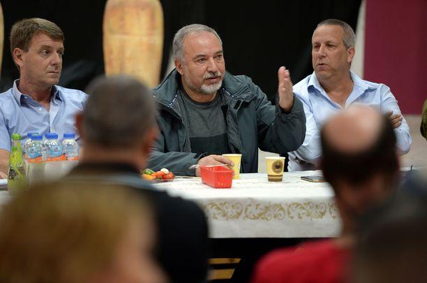 Israelin puolustusministeri Avigdor Lieberman (kesk.) erosi tulitaukosopimuksen takia.