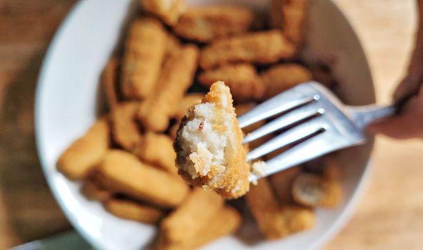 Silakkapuikossa maistuu miedosti sitruuna ja mustapippuri ja siinä on gluteeniton paneeraus.